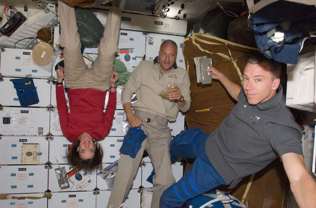 астронавты на орбите Земли