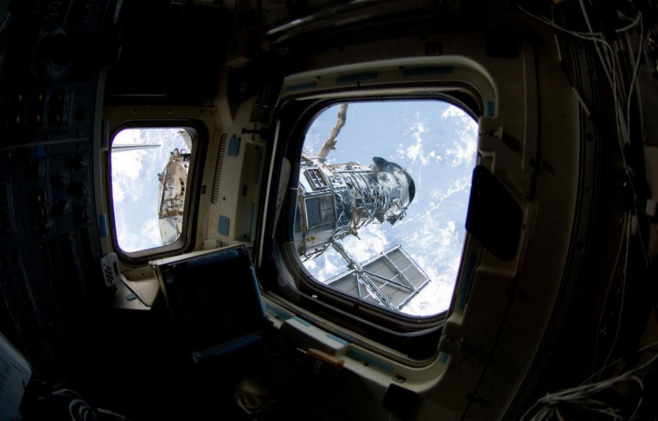 фото телескопа Хаббл астронавтом