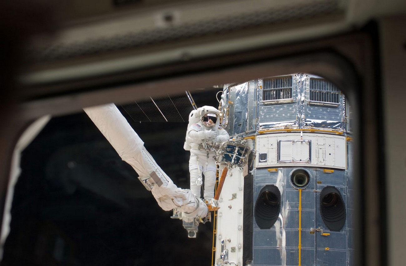 астронавт на манипуляторной системе