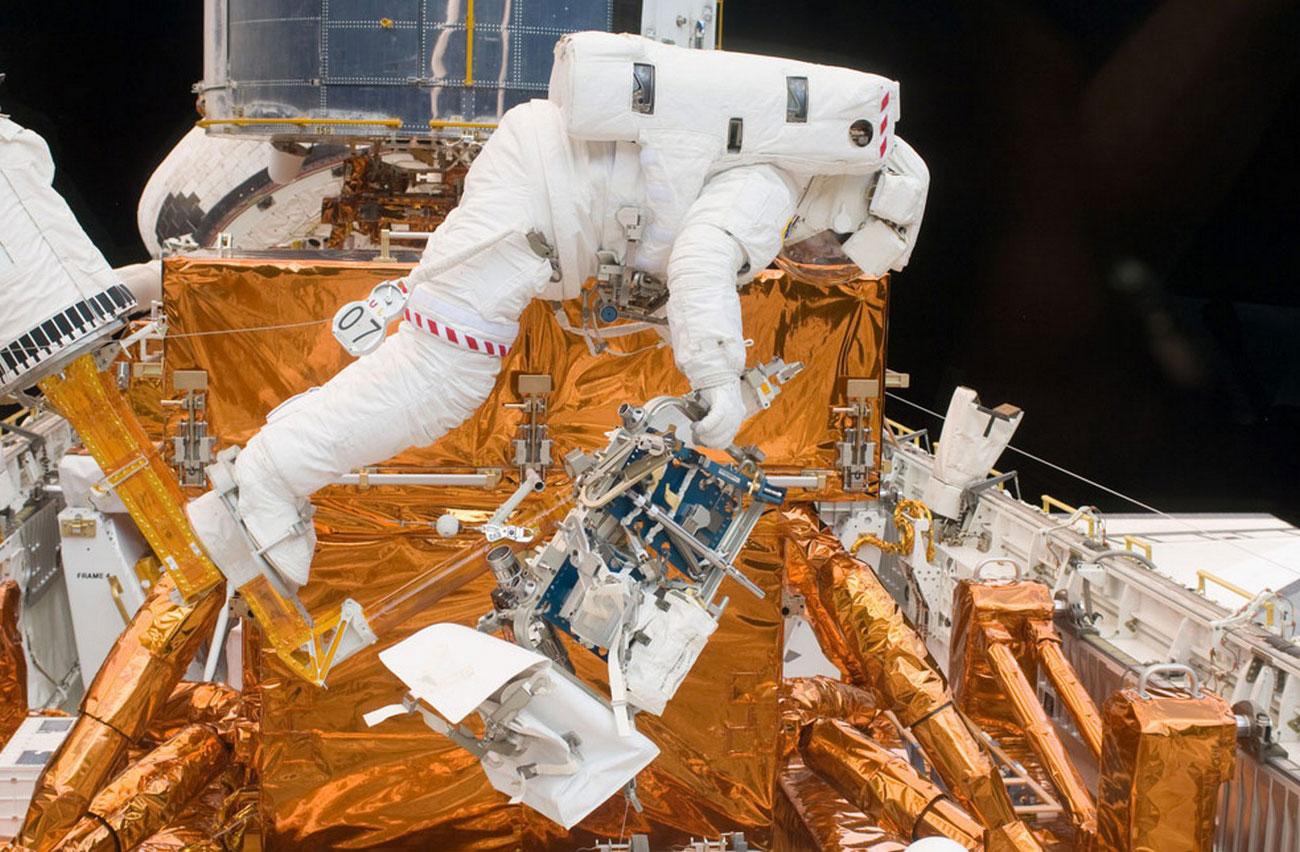 Хаббл в грузовом отсеке космического корабля