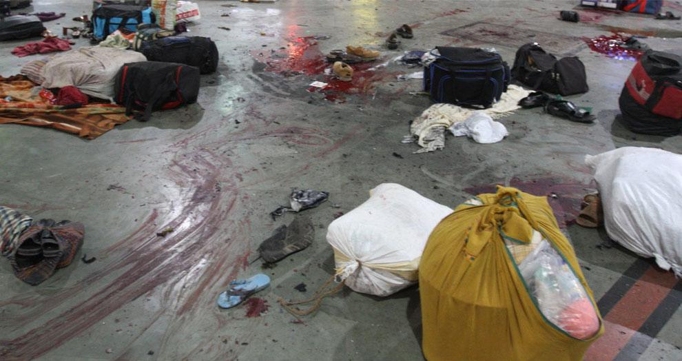 вещи в луже крови на вокзале, Индия, фото