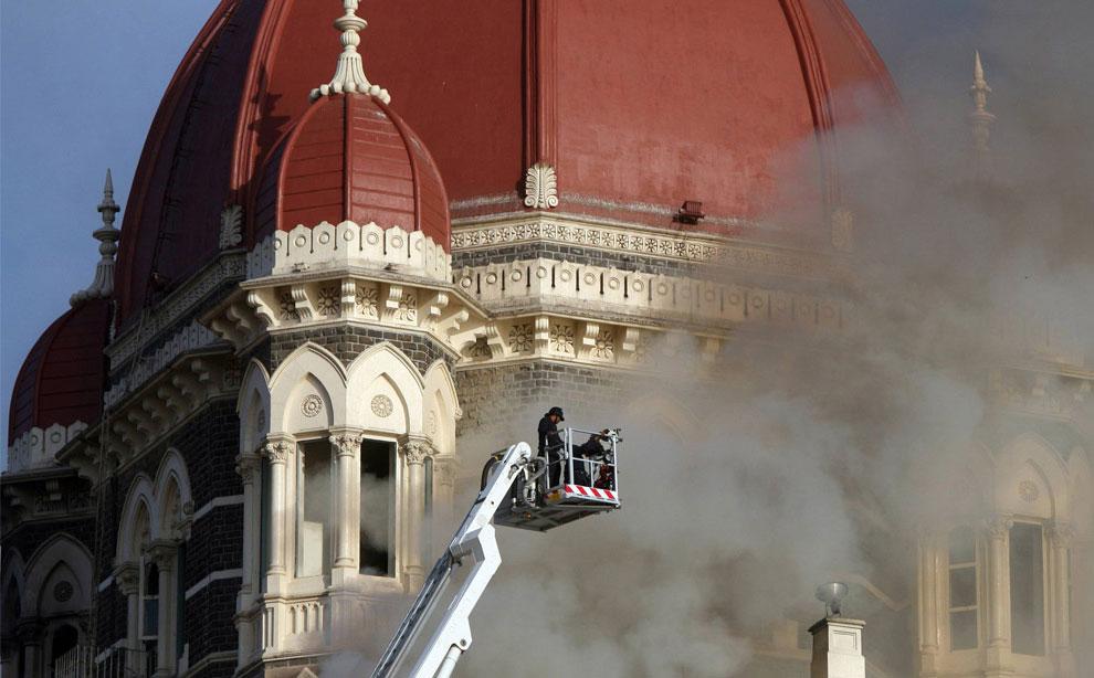 пожарные тушат отель, пострадавший от теракта в Мумбаи, Индия, фото