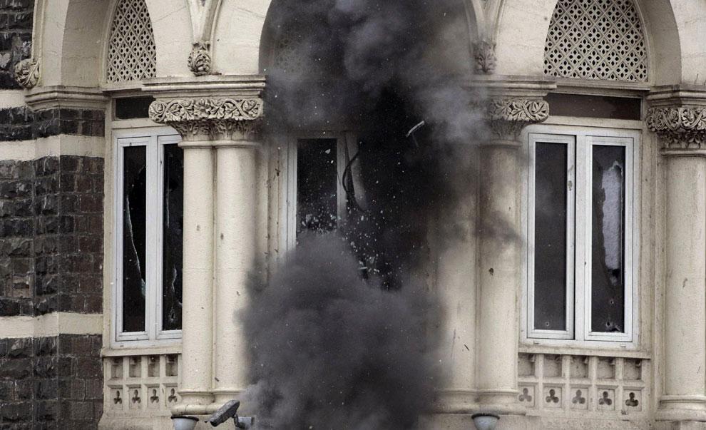 окна разбиваются от взрывов и стрельбы боевиков, Индия, фото
