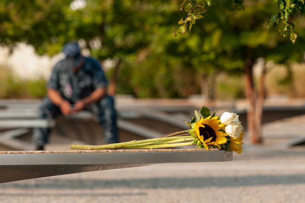 человек в Мемориальном парке Пентагона