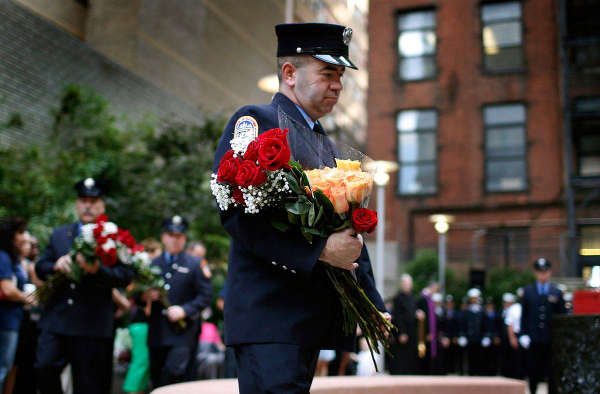 Пожарный возлагает цветы
