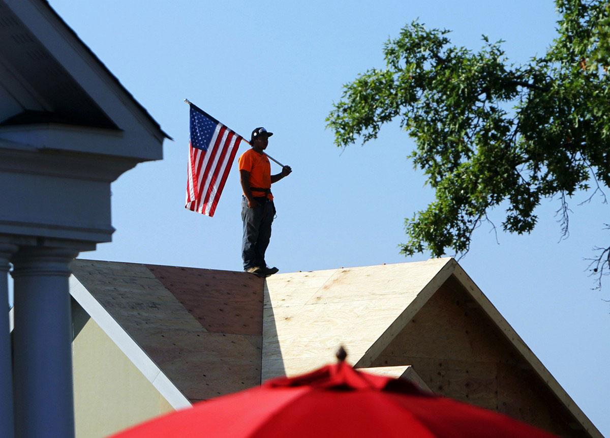 Рабочий с американским флагом