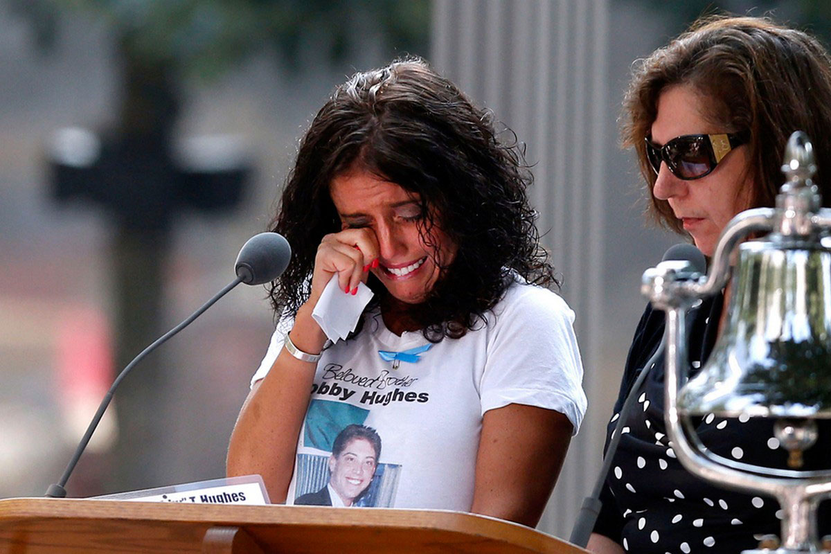 Женщина плачет при воспоминании о теракте