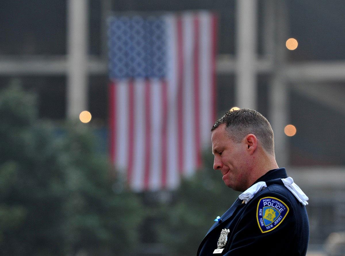 полицейский во время минуты молчания у Южного бассейна