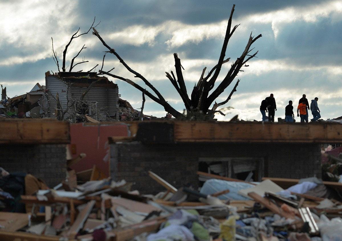 Местные жители на руинах