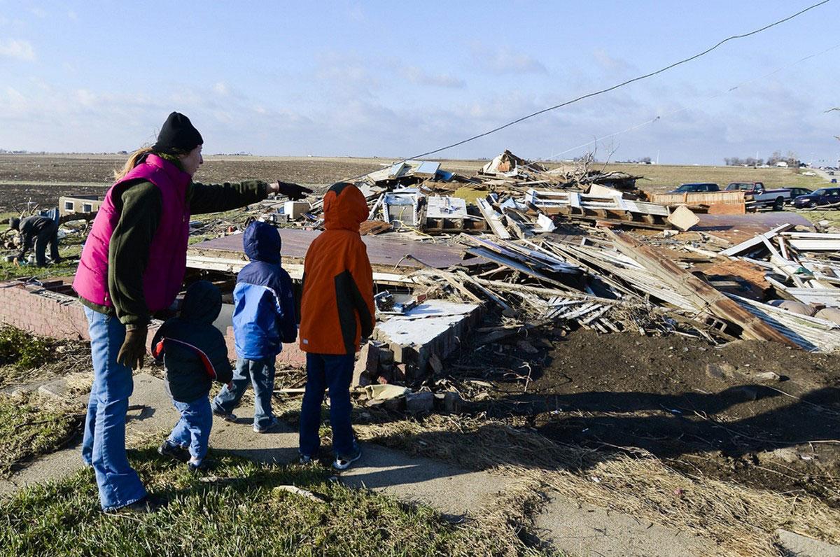 семья на руинах дома