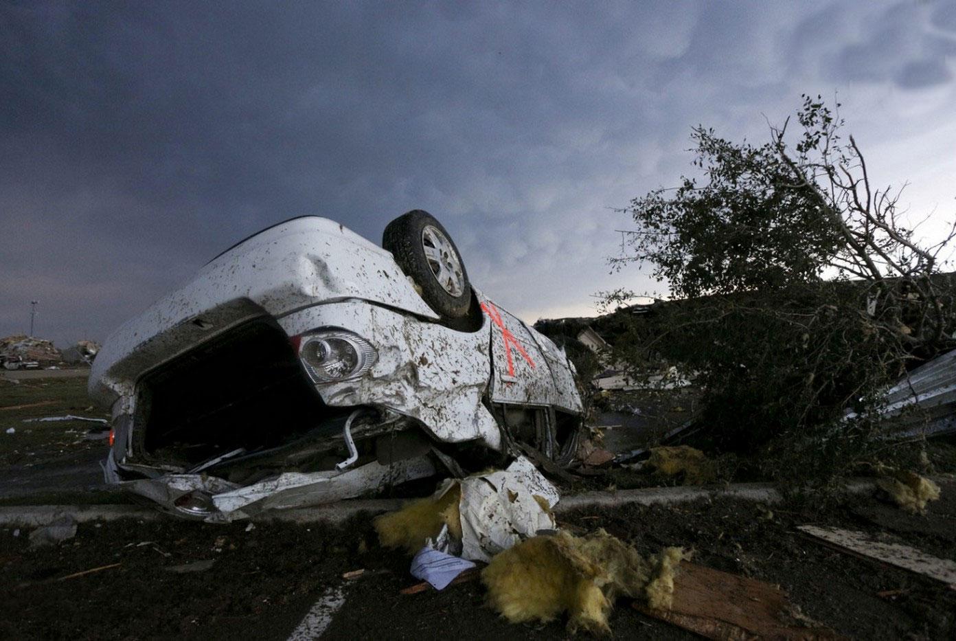 перевернутый ураганом автомобиль