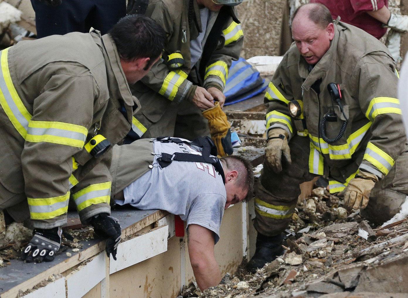 Спасатели в поисках уцелевших