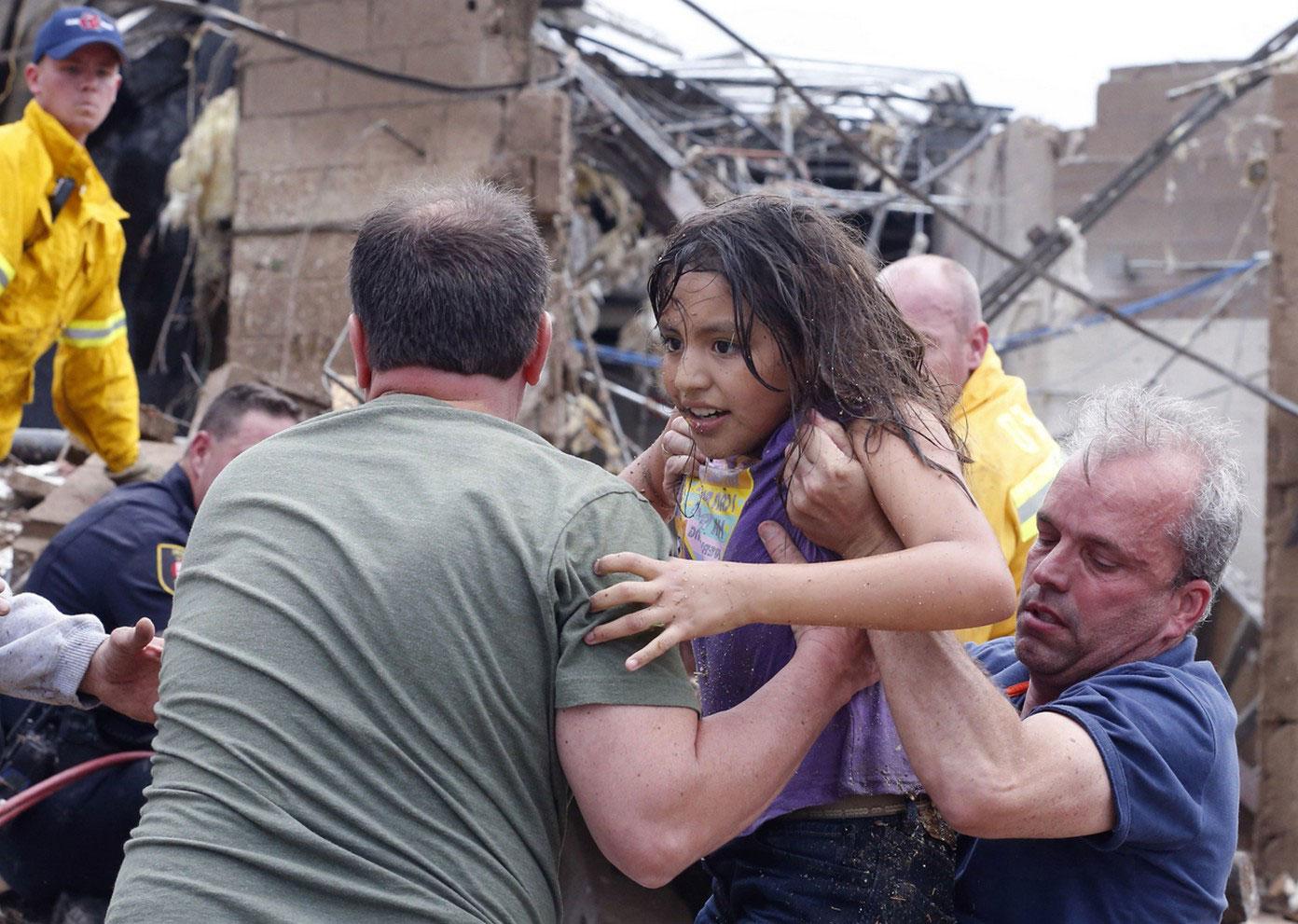 Спасатели за расчисткой завалов