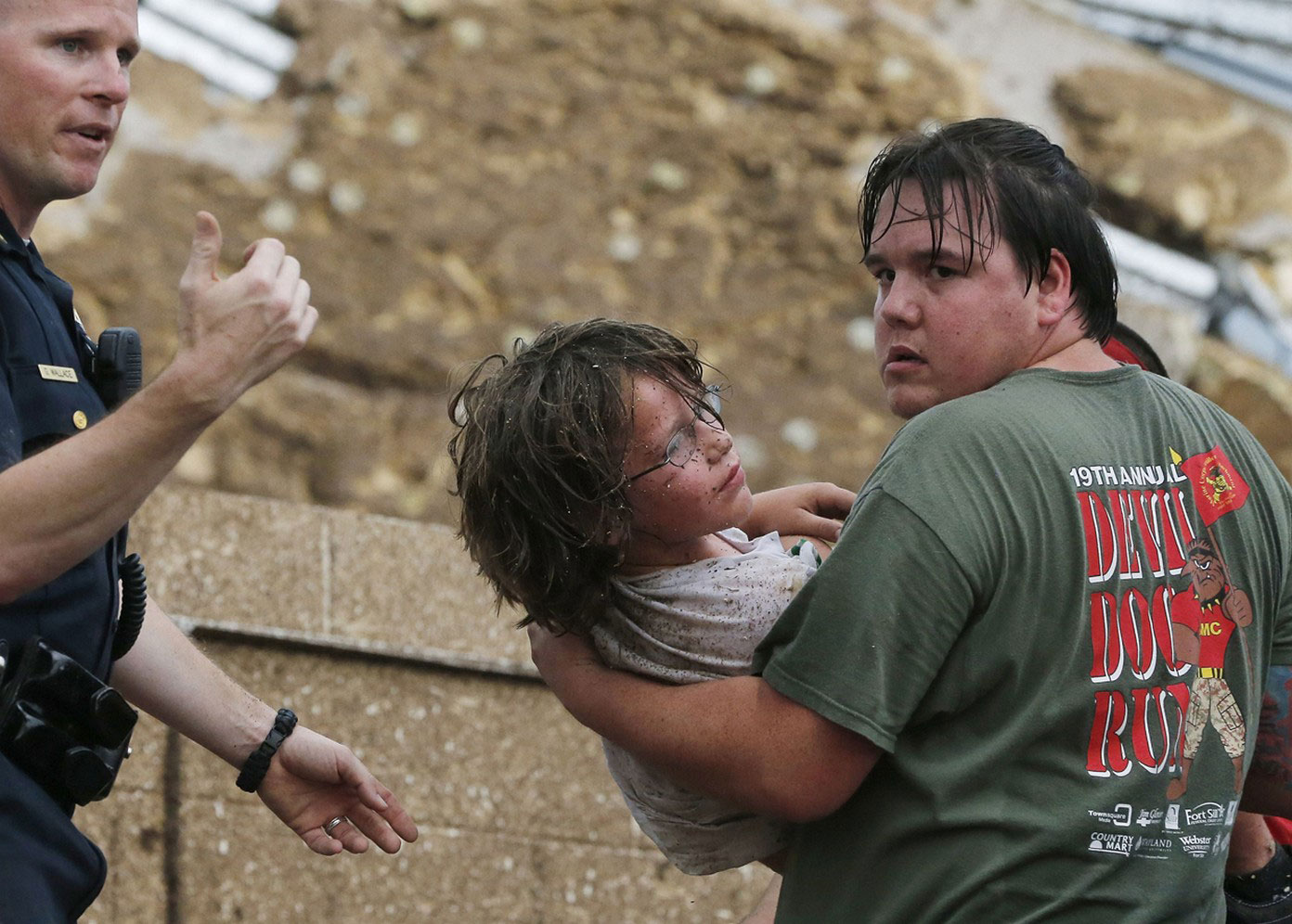 Ребенка вытащили из под завалов