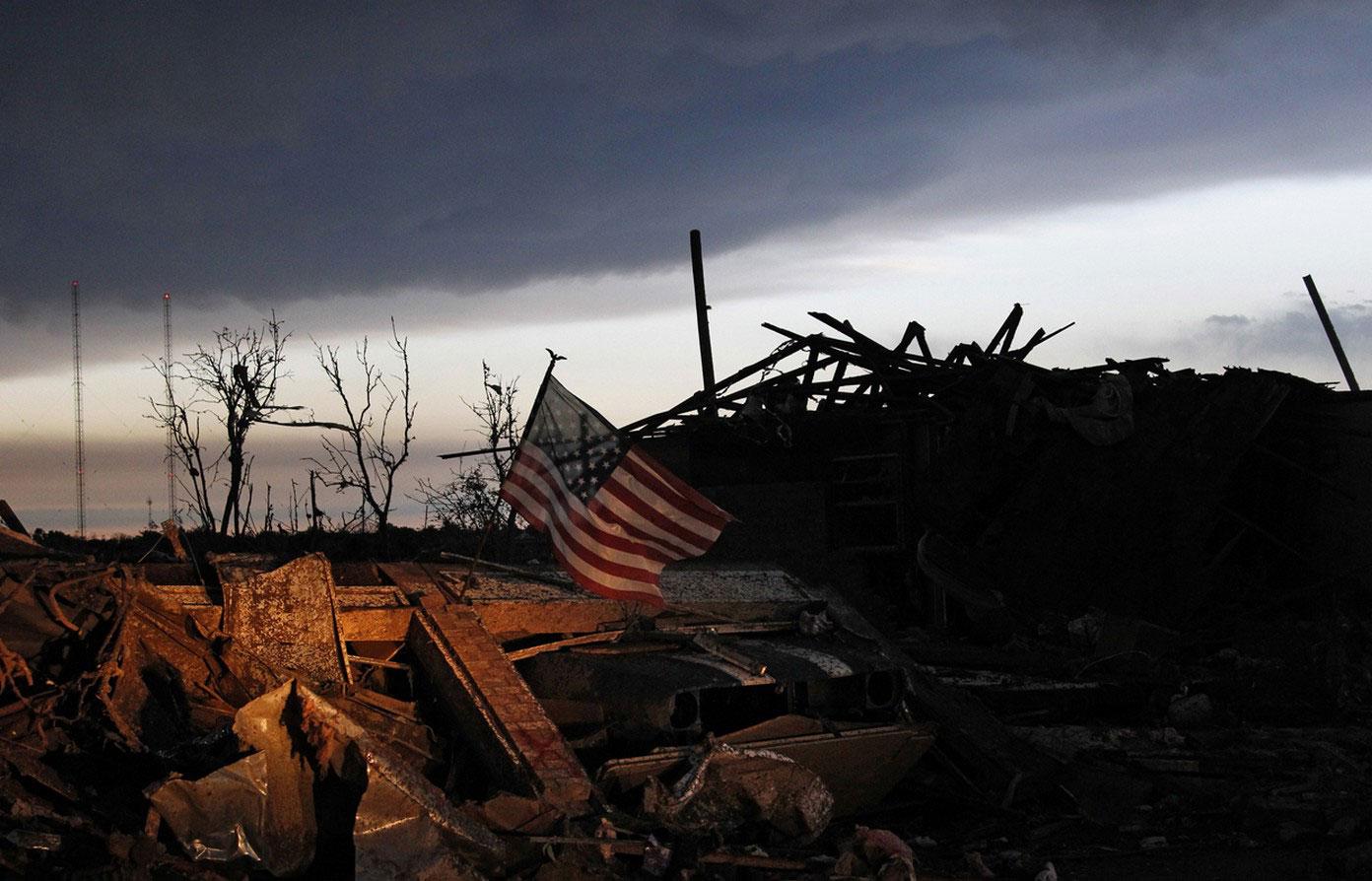 Американский флаг на руинах