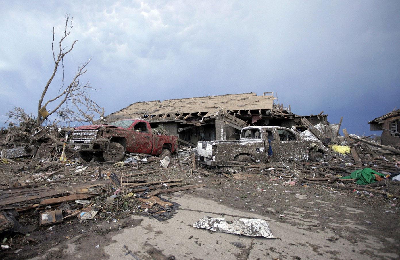 разрушенные авто и дом смерчем