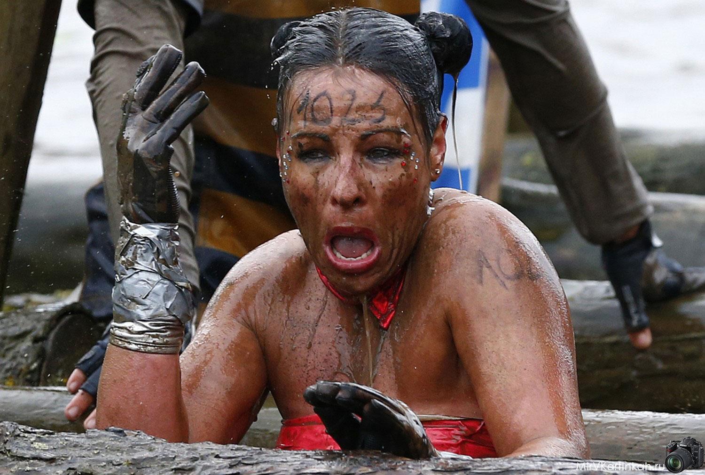 Женщина борется с водным препятствием