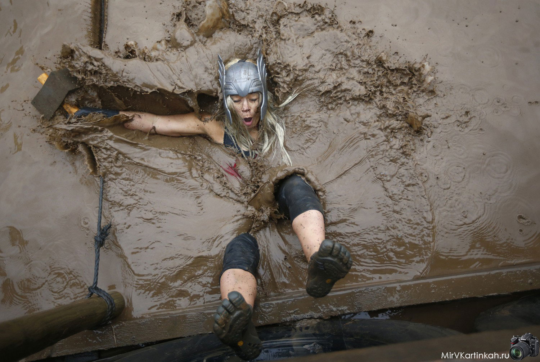 женщина упала в грязь