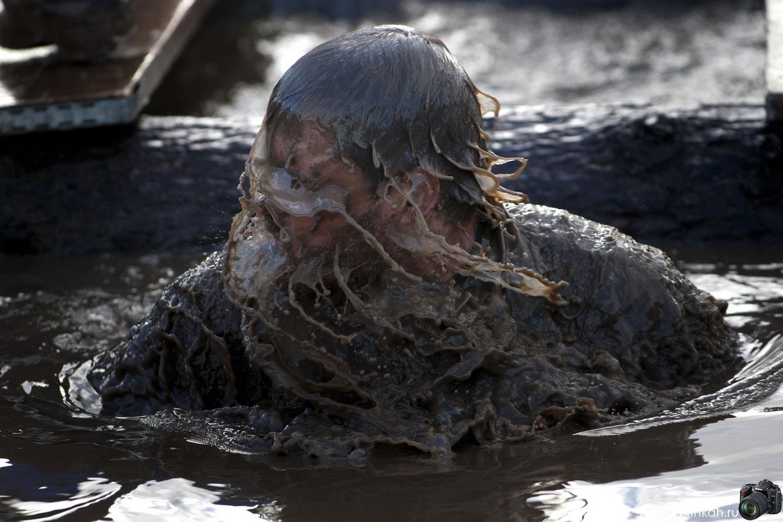 Мужчина выныривает из мутной воды