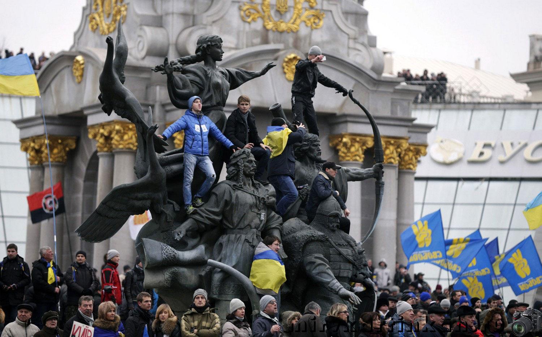 протестующие на площади Независимости