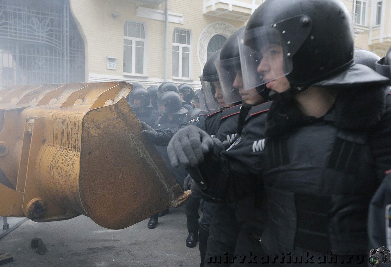 бульдозер во время столкновений