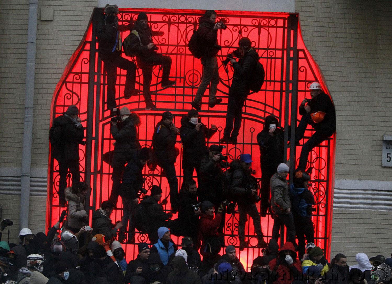 Люди лезут на ворота