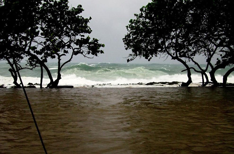 ураган прошелся над Кубой и Таити, фото