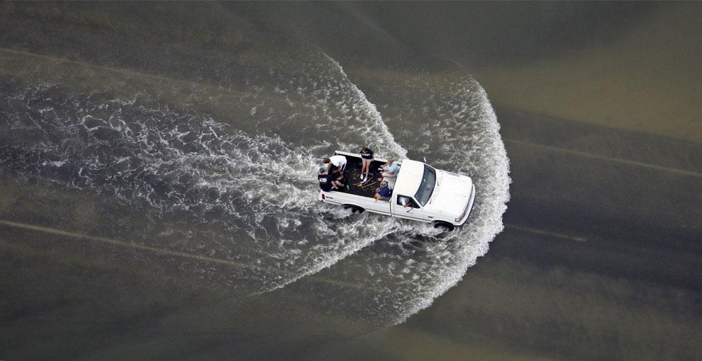 люди на затопленной дороге после урагана, США, фото
