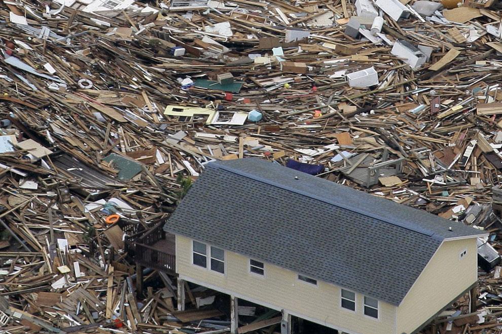 мусор, который вынесли волны на берег, США, фото