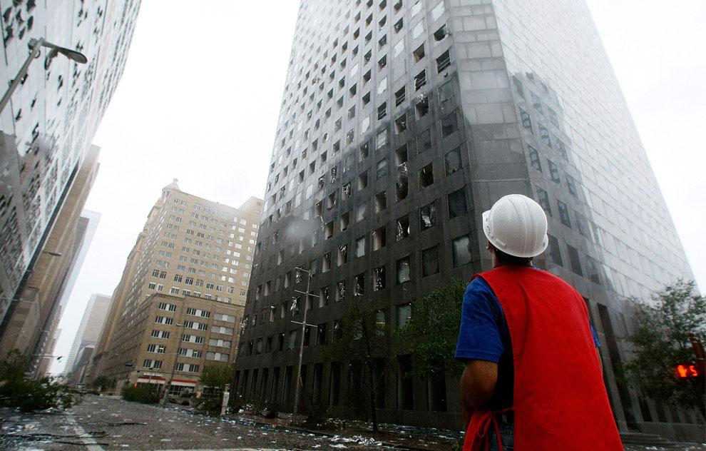 повреждения небоскреба JP Morgan Chase Tower после урагана Айк, США, фото
