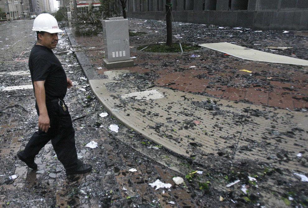 разбитые окна небоскреба после урагана Айк, США, фото