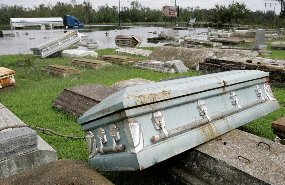 гробы всплывают на кладбище после сильного наводнения, США, фото