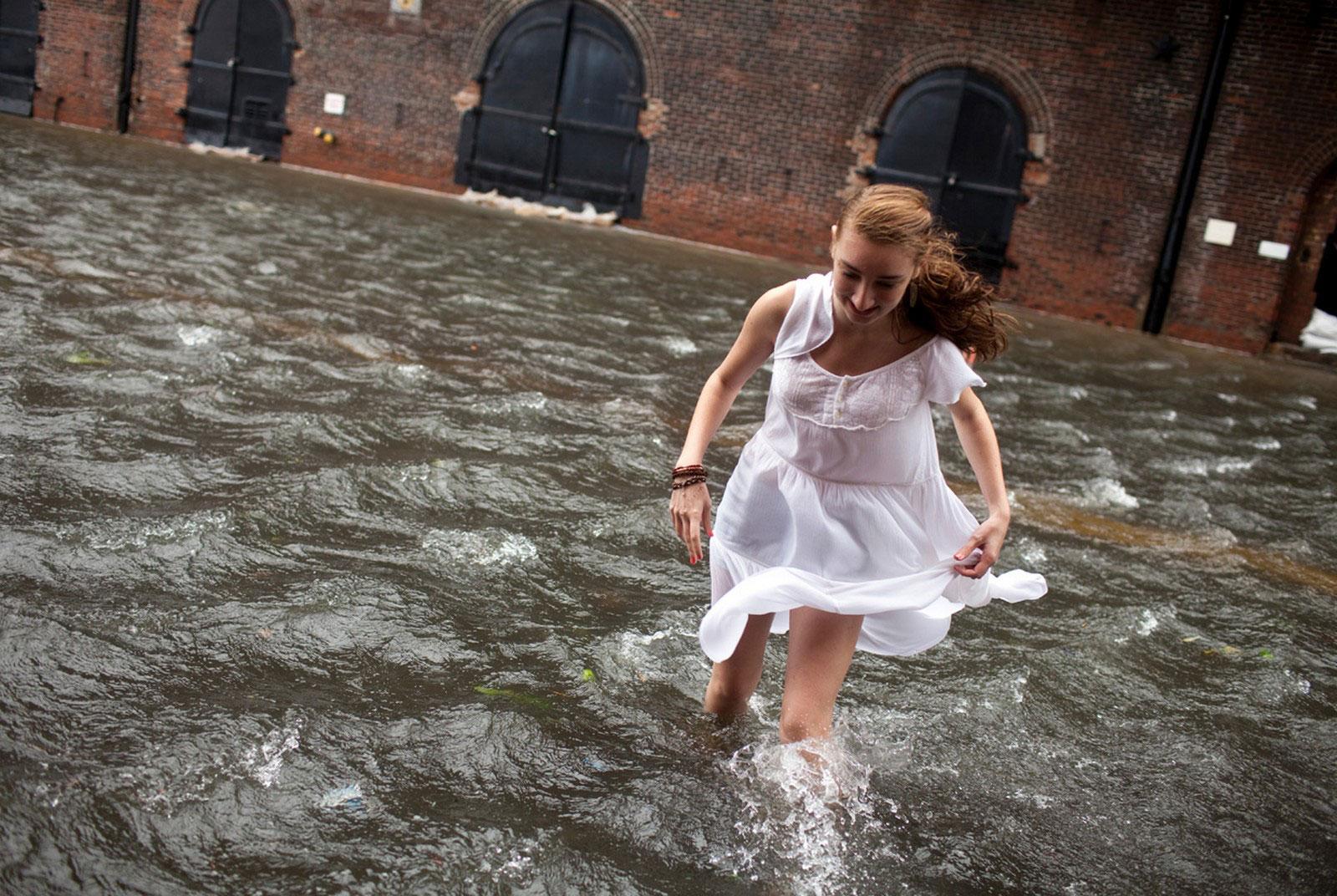 девушка переходит затопленную улицу