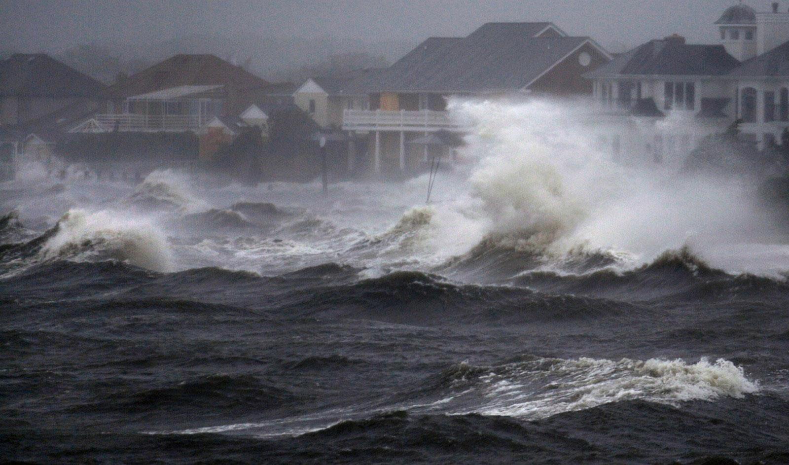 Волны бьются о берег