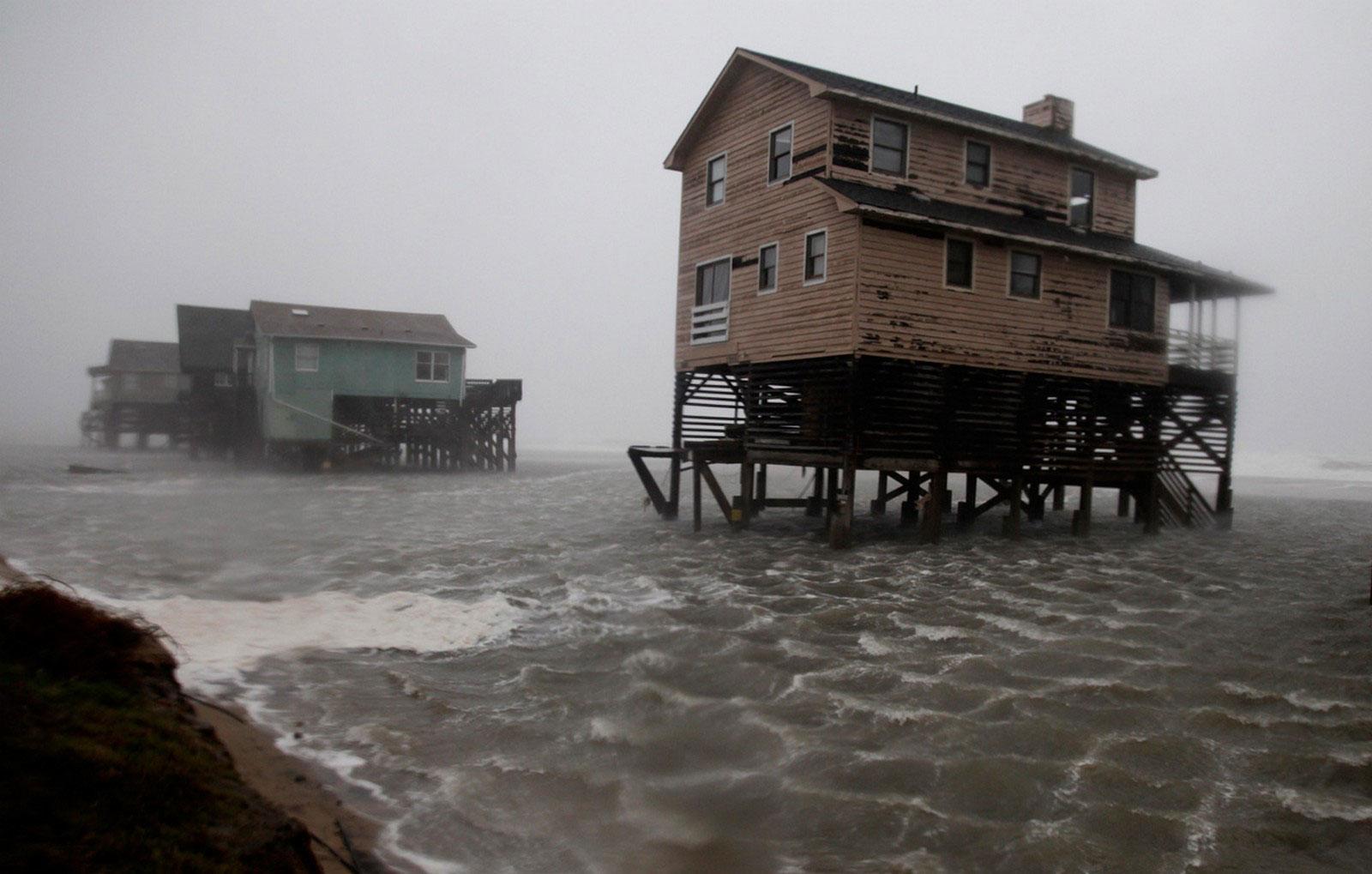 Пляжные домики в воде