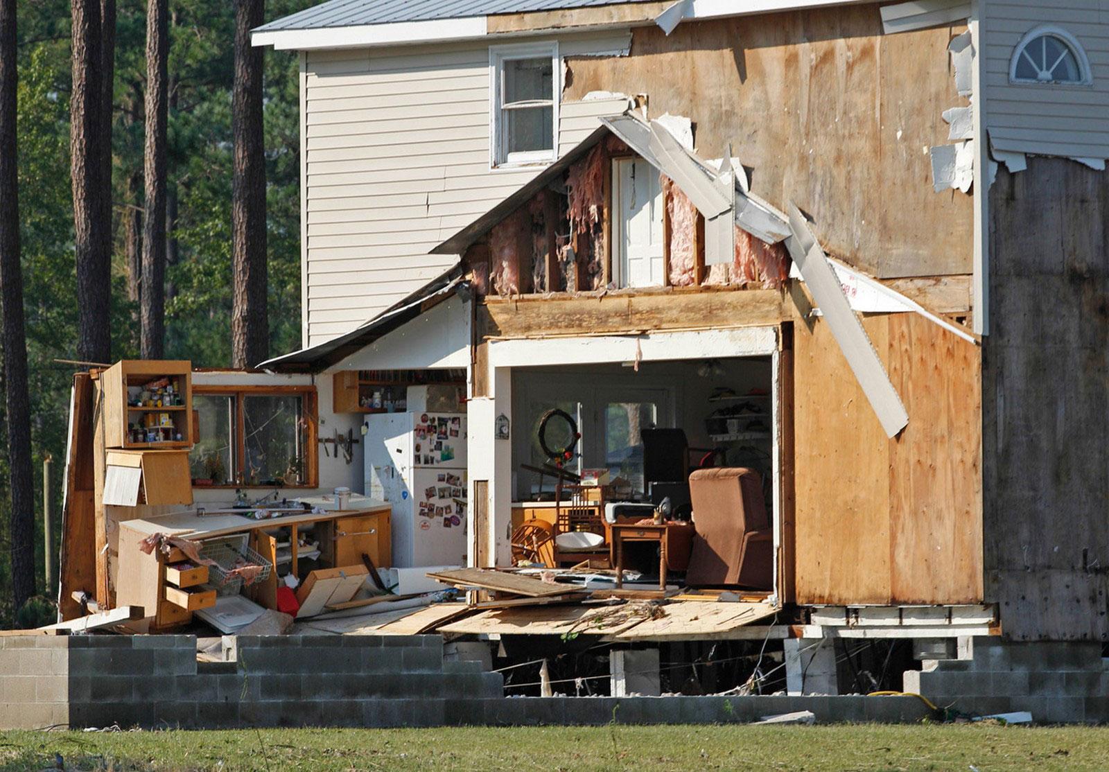 Разрушенный ураганом дом