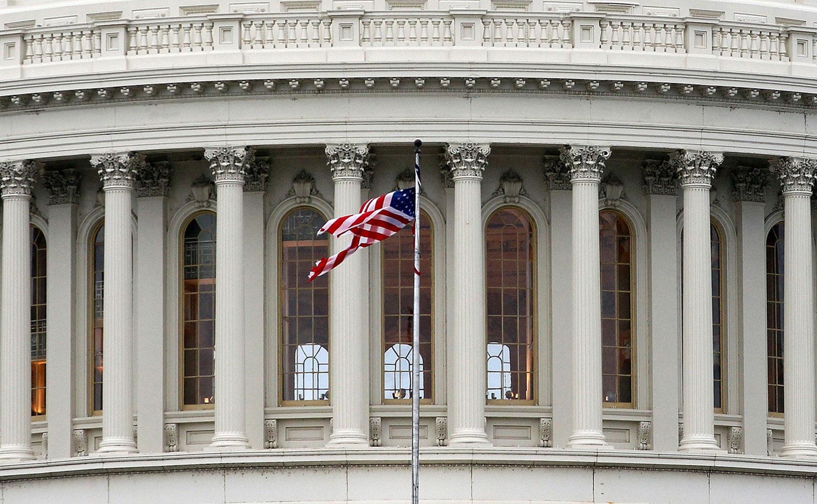 американский флаг над Капитолием