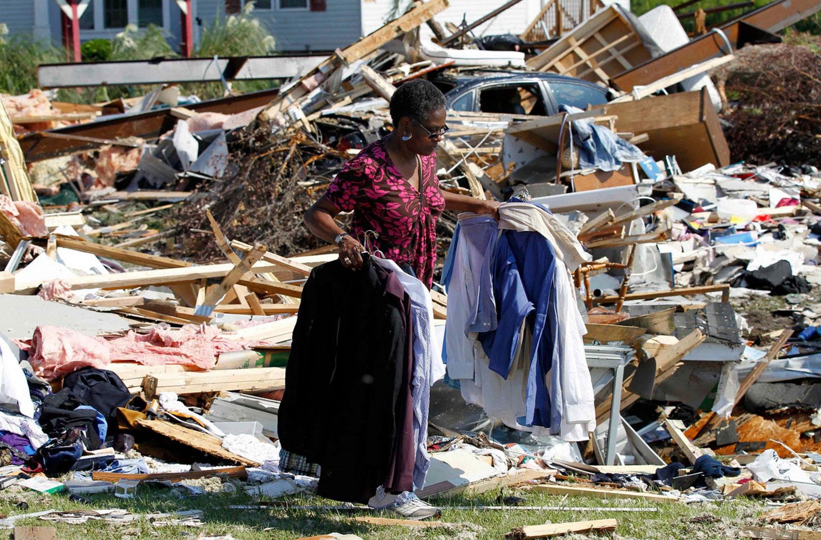 женщина разгребает завалы после шторма