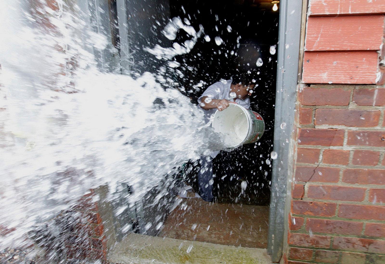 мужчина спасает дом от затопления