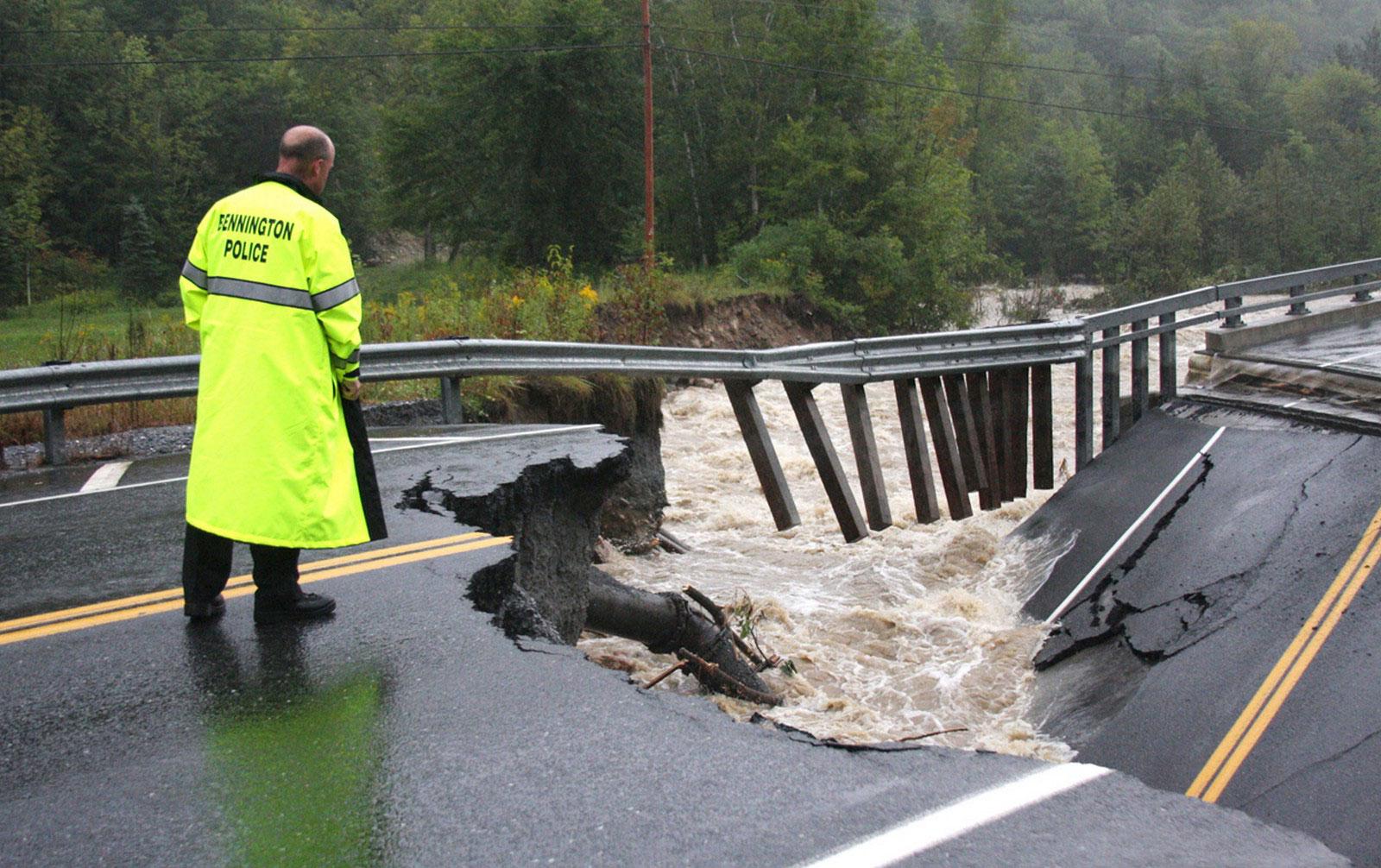 обрушившийся мост на шоссе