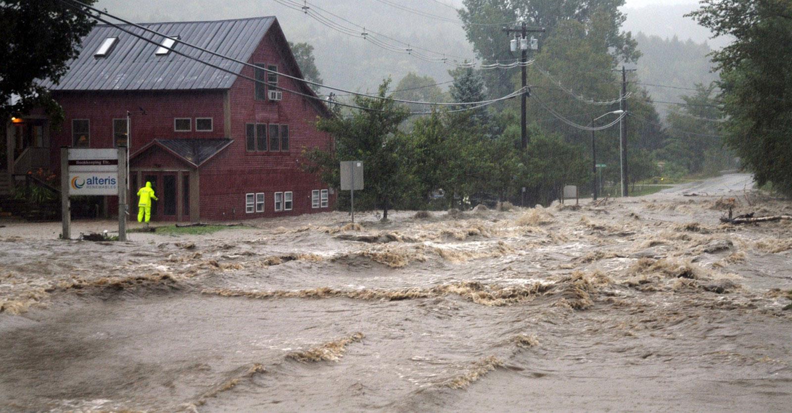 Поток воды на трассе