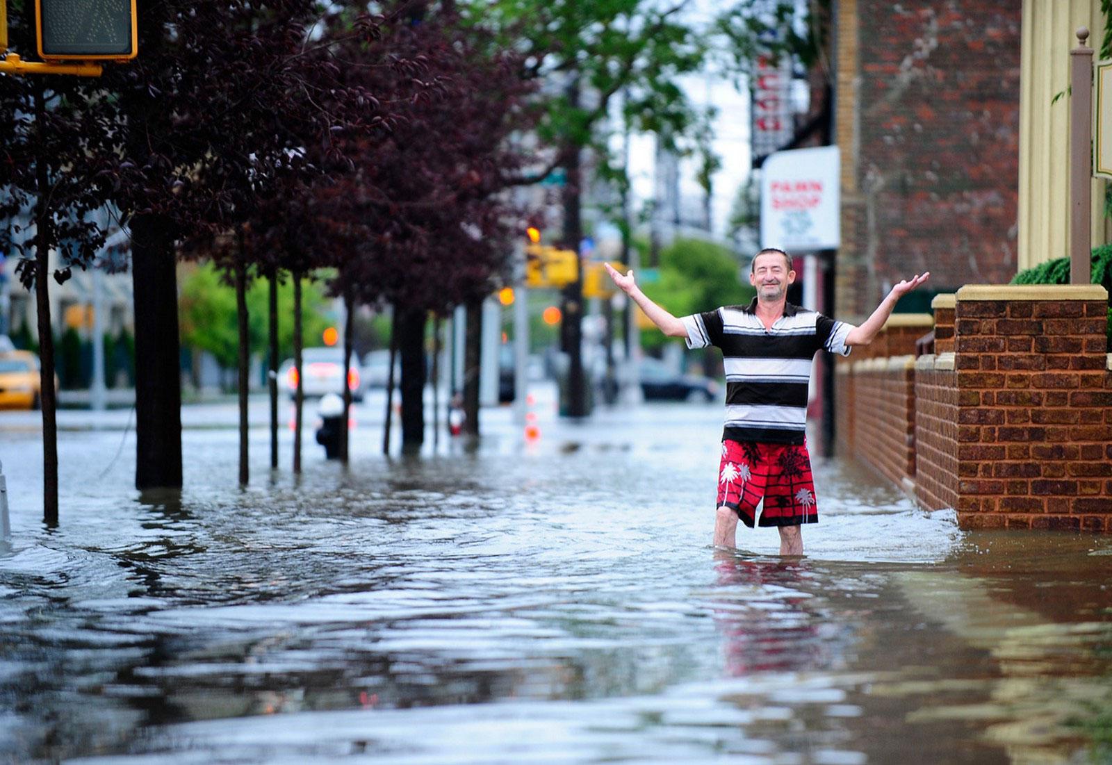 мужчина по колено в воде