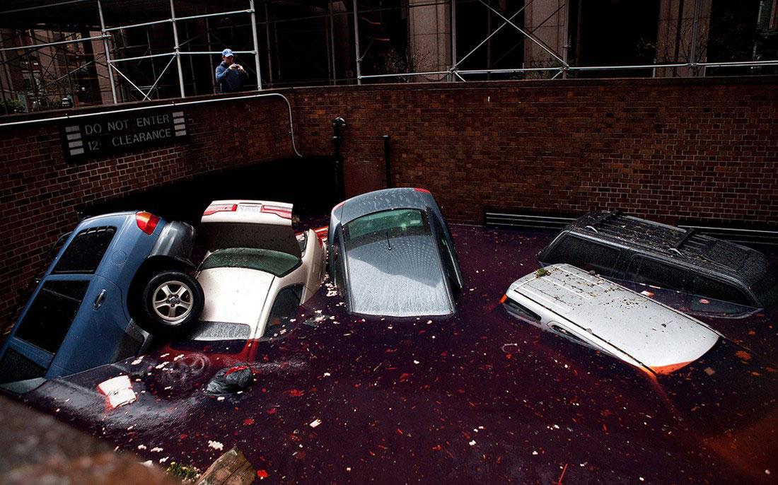 наводнение на парковке, фото урагана Сэнди в США