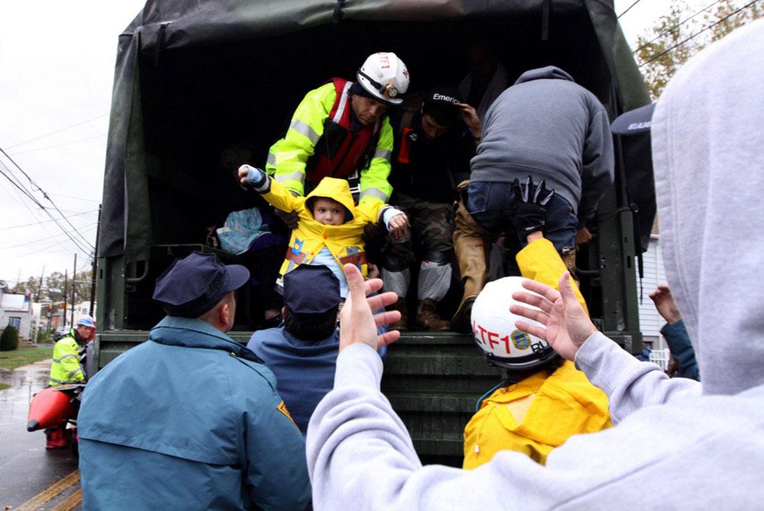 эвакуация людей, фото урагана Сэнди в США