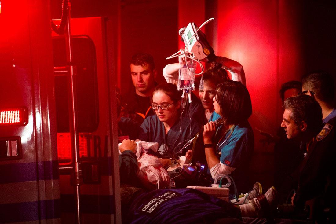 медики помогают пострадавшему, фото урагана Сэнди в США