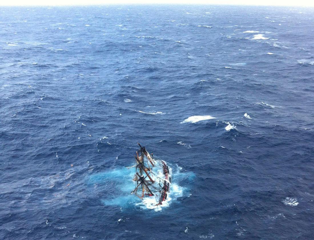 Парусник тонет в Атлантическом океане, фото урагана Сэнди в Нью-Йорке