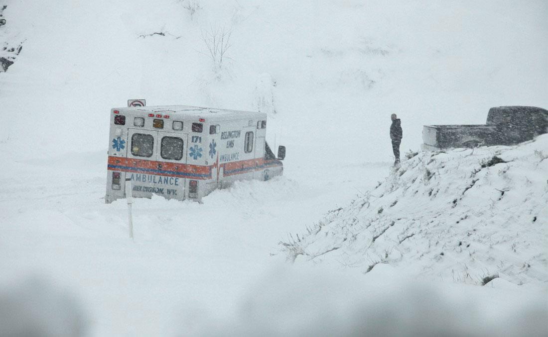 машина скорой помощи в сугробе, фото урагана Сэнди в Нью-Йорке