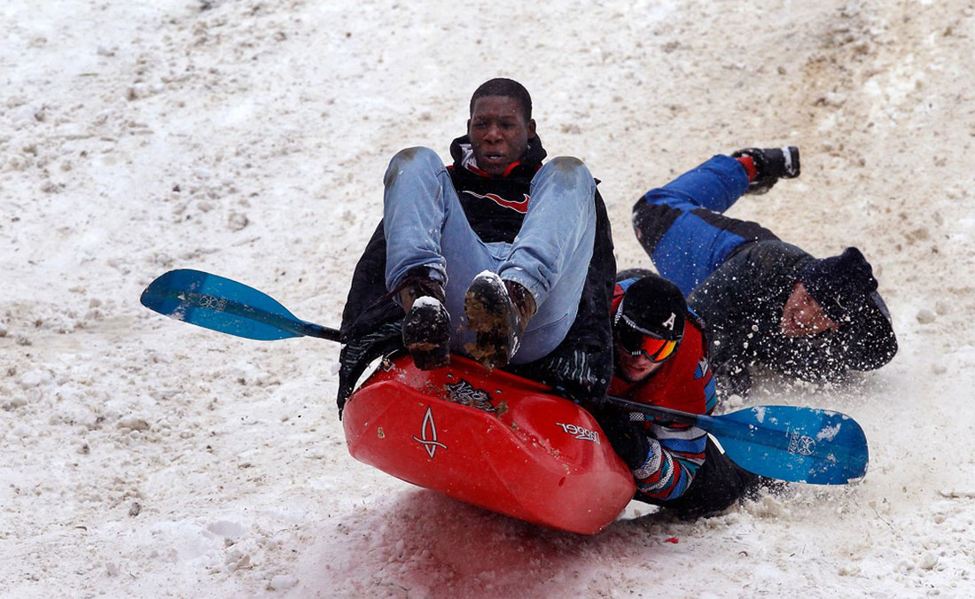 студенты катаются по заснеженному холму, фото урагана Сэнди в Нью-Йорке