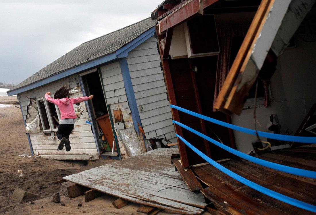 ребенок в разрешенном доме, фото урагана Сэнди в Нью-Йорке