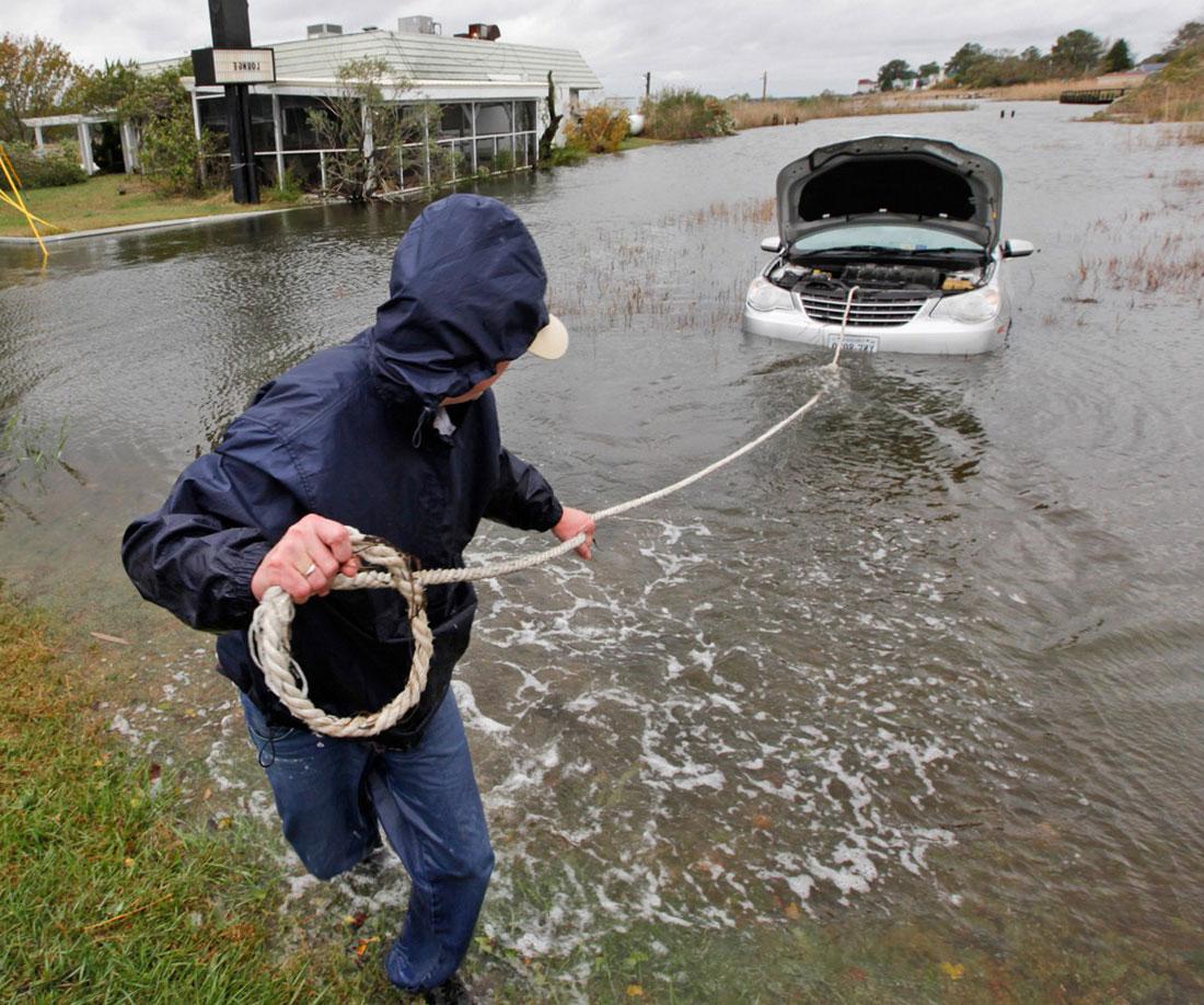 буксировка затопленного автомобиля, фото урагана Сэнди в Нью-Йорке